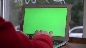 Härlig flicka som går med smartphonen i en galleria Bläddra internet som meddelar med hennes vänner Stadig kam stock video