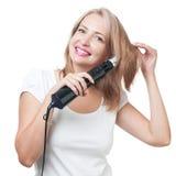 Härlig flicka som gör frisyren med hårborsten Arkivfoton