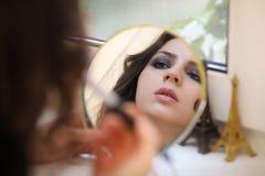 Härlig flicka som gör makeup Royaltyfri Fotografi