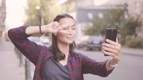 Härlig flicka som gör selfie, medan gå runt om staden arkivfilmer