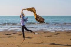 Härlig flicka som har gyckel på stranden Royaltyfria Bilder