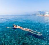 Härlig flicka som kopplar av i havet Royaltyfri Foto