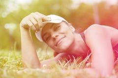 Härlig flicka som kopplar av i natur royaltyfri fotografi