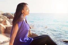 Härlig flicka som kopplar av vid havet Royaltyfri Foto