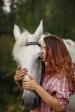 Härlig flicka som kysser en häst Royaltyfria Bilder