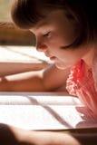 Härlig flicka som läser den heliga bibeln Royaltyfria Foton
