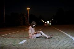 Härlig flicka som läser en bok Royaltyfri Bild