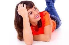 Härlig flicka som ligger på golvet fotografering för bildbyråer