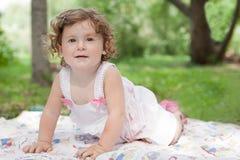 härlig flicka som little park går Arkivfoto