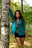 Härlig flicka som plattforer den near björken Royaltyfri Foto