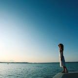 Härlig flicka som plattforer på kusten arkivfoton