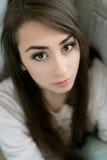 Härlig flicka som poserar i den vita studion Royaltyfria Bilder