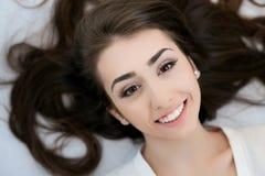 Härlig flicka som poserar i den vita studion Royaltyfri Fotografi