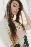 Härlig flicka som poserar i den vita studion Royaltyfri Bild