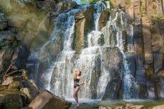 Härlig flicka som poserar i en hög vattenfall, absolut öde rödhårig manflicka i en vattenfall Royaltyfria Bilder