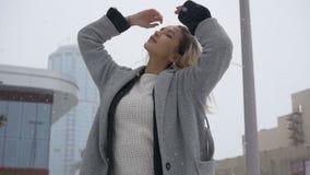 Härlig flicka som poserar i gatan i vinter arkivfilmer