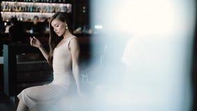 Härlig flicka som poserar i kaféstång på feriedag lager videofilmer