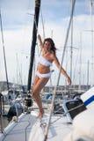 Härlig flicka som poserar på en seglingyacht Arkivbild
