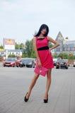 Härlig flicka som poserar på stadsgator Royaltyfri Fotografi