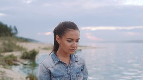 Härlig flicka som promenerar kusten stock video