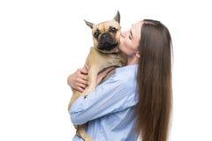 Härlig flicka som rymmer den franska bulldoggen royaltyfri foto