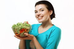 Härlig flicka som rymmer en bunke av sallad i henne händer Sunt äta Arkivbild