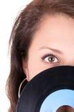 Härlig flicka som rymmer en vinyl - på vit Arkivbild