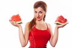 Härlig flicka som rymmer skiva två av vattenmelon i studio Royaltyfri Fotografi