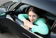 härlig flicka som ser det öppnade fönstret Royaltyfri Fotografi