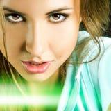 Härlig flicka som ser kameran i studio med den gröna linjen på ph Arkivbild