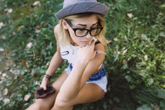 Härlig flicka som sitter och ser till sidan Royaltyfria Foton