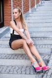 Härlig flicka som sitter på trappan Royaltyfri Foto