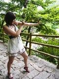 Härlig flicka som skjuter en katapult Royaltyfri Bild