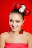 Härlig flicka som smilling med garneringar Royaltyfria Bilder