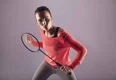 Härlig flicka som spelar badminton Arkivfoton