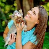 Härlig flicka som spelar med hennes lilla valp Royaltyfri Fotografi