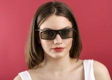 Härlig flicka som spelar videospelet 3D Fotografering för Bildbyråer