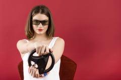 Härlig flicka som spelar videospelet 3D Arkivbilder