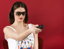 Härlig flicka som spelar videospelet 3D Royaltyfri Bild