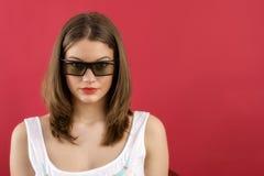 Härlig flicka som spelar videospelet 3D Royaltyfria Foton