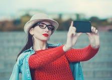 Härlig flicka som tar bilden av henne, selfie Arkivfoto