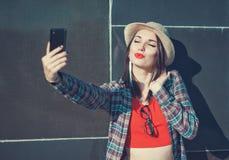 Härlig flicka som tar bilden av henne, selfie Fotografering för Bildbyråer