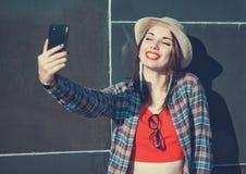 Härlig flicka som tar bilden av henne, selfie Royaltyfria Foton