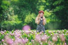 Härlig flicka som tar fotoet vid den mirrorless kameran Arkivbilder