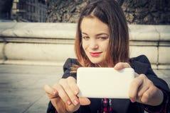 Härlig flicka som tar selfie i stads- stad Royaltyfri Foto