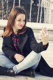 Härlig flicka som tar selfie i stads- stad Royaltyfri Fotografi