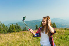 Härlig flicka som tas bilder av hennes själv Fotografering för Bildbyråer