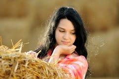 Härlig flicka som tycker om naturen arkivbild