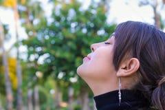 Härlig flicka som tycker om naturen Royaltyfria Foton