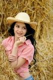 Härlig flicka som tycker om naturen arkivfoton